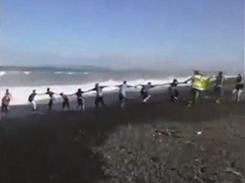 人間チェーンで溺れた少年を救助02