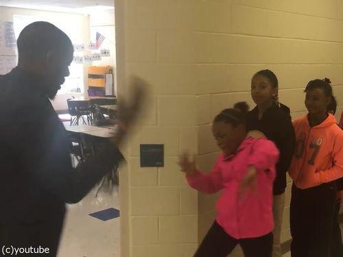 先生が生徒にオリジナルの握手をしてから授業開始02