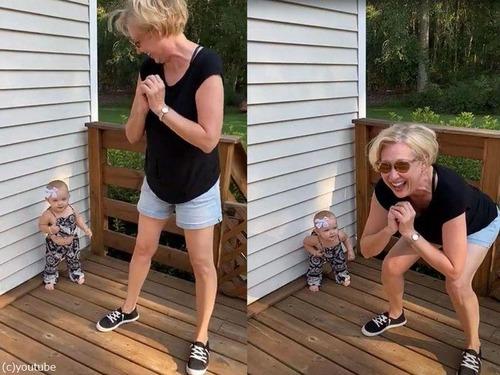 おばあちゃんをマネする1歳の女の子00