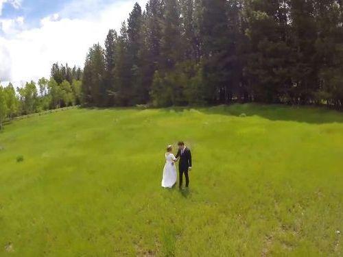 結婚する二人をドローンで撮影00