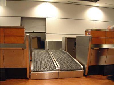 空港の荷物チェックでコンベアに乗ったおばあちゃんTOP