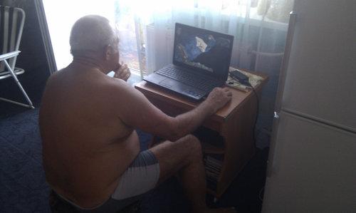 徹夜でゲームするおじいちゃん01