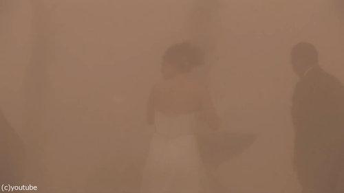 結婚式の愛の誓いのときに強烈な嵐07