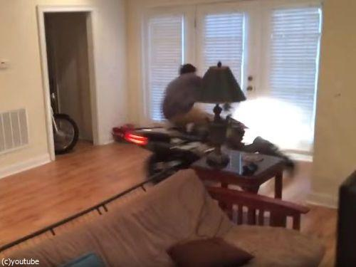 家の中でバイクのウイリーに挑戦しないほうがいい04