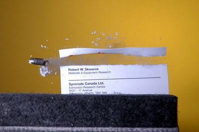 弾丸が紙1枚を貫通する恐るべき瞬間21
