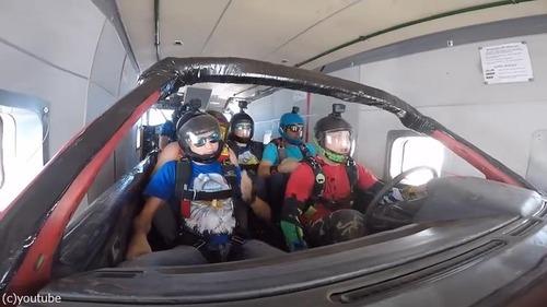 車に乗ったままスカイダイビング01