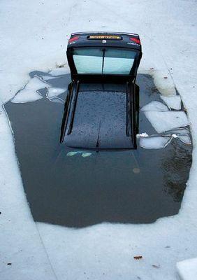 氷の張った氷の上を車で走行01