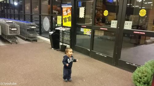 自動ドアを初めて見た男の子04
