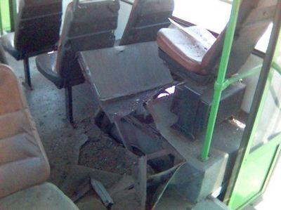 バスのタイヤが破裂02
