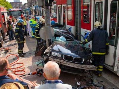 BMWと電車の事故で無傷00