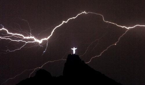 リオデジャネイロのキリスト像に落雷06