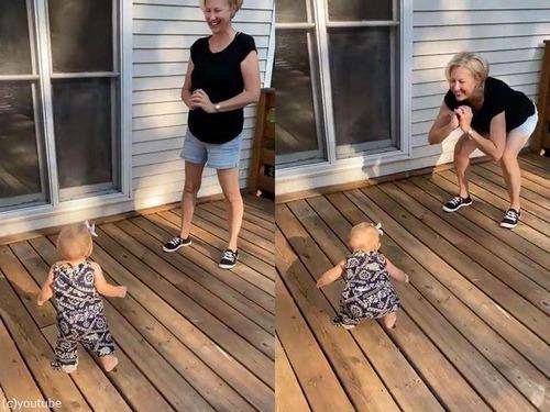 おばあちゃんをマネする1歳の女の子02