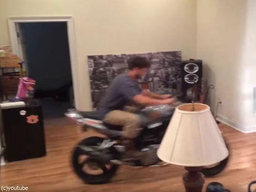 家の中でバイクのウイリーに挑戦しないほうがいい01