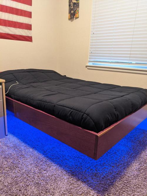 浮いているベッド01