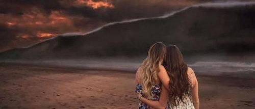 2人組の女の子の背景をビーチに16