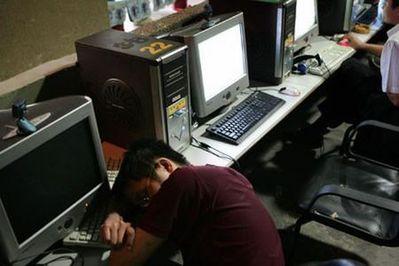 中国のネットカフェでぐっすり眠る人々01
