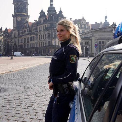 ドイツの女性警官が大人気01