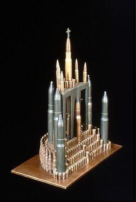 弾丸や銃で作った彫刻02
