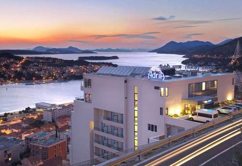 崖の上にホテルがあるときのエレベーター01