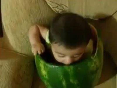 スイカを食べる赤ちゃん