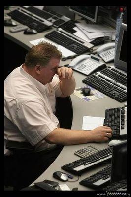 職場で嘆く男たち…金融危機の悲劇02