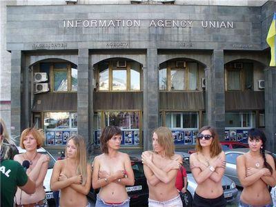 ヌードでポルノに反対するウクライナ女性02