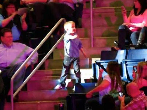 コンサート会場で男の子がダンス01