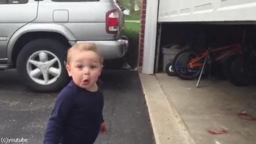 自動シャッターに興奮する赤ちゃん02