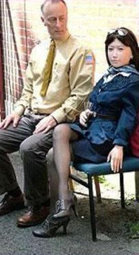 人形の妻9人と結婚したイギリス人09