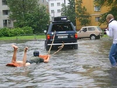 水害時にたくましく楽しむ人々00