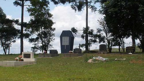 墓地に棺おけ型トイレ01