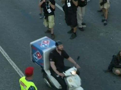 G20のデモ衝突のど真ん中にピザ配達04