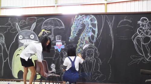 香港の女子高生が黒板に描くアニメ08