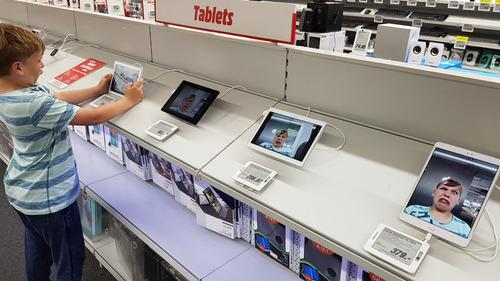 お店でタブレットを試す子ども01