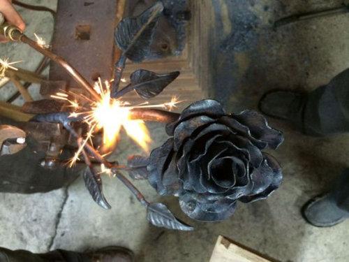 鉄塊を使って彼女にロマンチックなプレゼント08