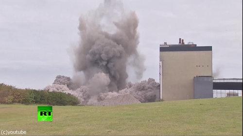 発電所の煙突破壊07