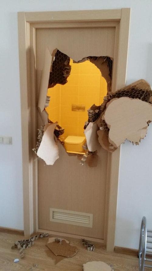 ソチ五輪で選手がトイレのドアをぶち破る02