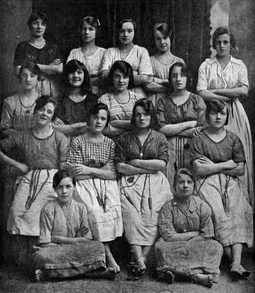 100年前の女性たちの写真01