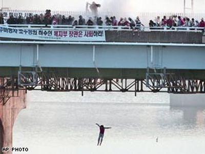 韓国で盲目のマッサージ師たちが抗議のため飛び込むTOP