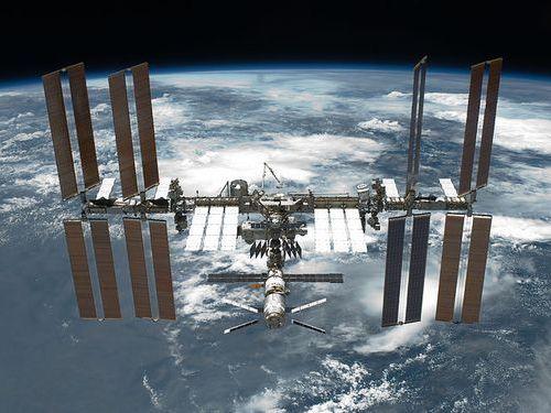 宇宙から地球を眺める女性飛行士00