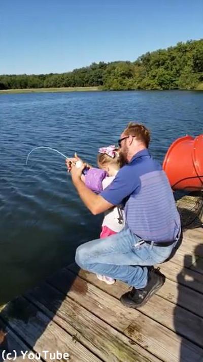 おもちゃの釣り竿で超大物を釣り上げる少女02