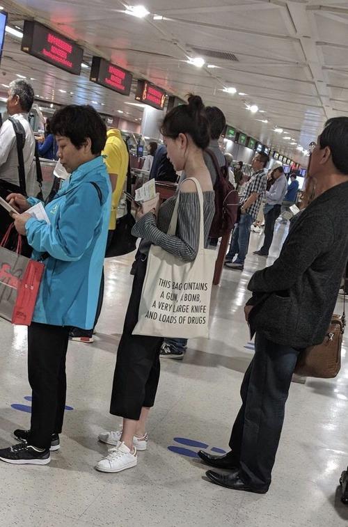 台北の空港でセキュリティチェックの列01