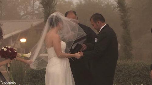 結婚式の愛の誓いのときに強烈な嵐03