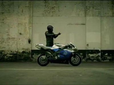 意表をつかれるバイクに乗る映像