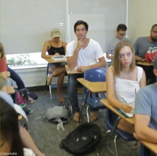 この中に1人、眠っている学生がいる01