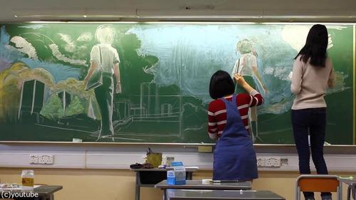 香港の女子高生が黒板に描くアニメ02