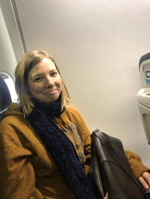 飛行機に乗る前に彼女はウィンドウ側の席と交換してくれた01