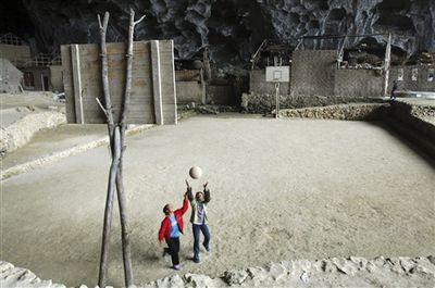 洞窟の中にある中国の小学校-バスケ