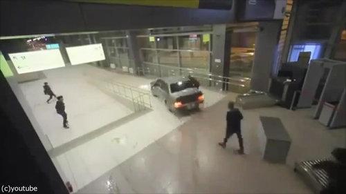 ロシアの空港に車が突入、警備員との追いかけっこ06