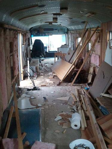 スクールバスに家族6人暮らし01